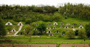 Венгерская «Деревня Хоббитов»: как архитектура и виноделие меняют ландшафт